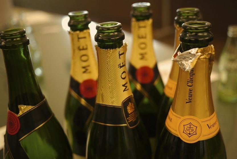 Champagne - garrafas - Foto Mamoru Masumoto - Pixabay