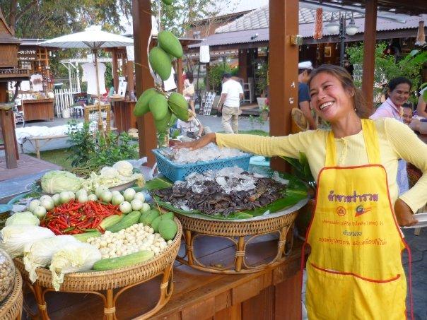 Vendedora de un puesto del mercado de Amphawa