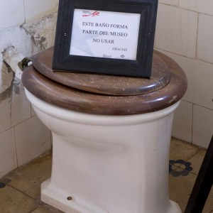 Placa alertando sobre o uso do vaso sanitário