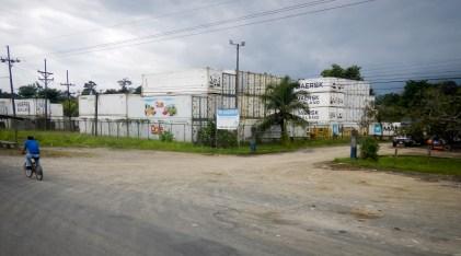 Die Infrastruktur rund um den Hafen Limon ist spärlich, obwohl hier Waren in großem Umfang abgefertigt werden.