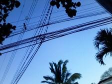 Die Versorgung mit Strom erfolgt weitergehen überirdisch. Besonders in der stürmischen Jahreszeit, die der Regenzeit folgt, sind Stromausfälle aufgrund abgerissener Kabel keine Seltenheit.
