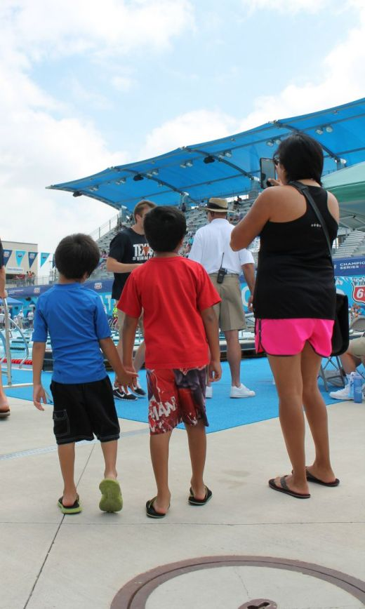QueMeansWhat familia at Swimming National Championship