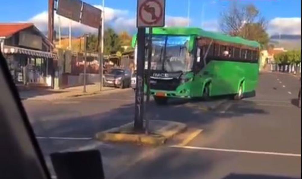 bus sube a un parterre