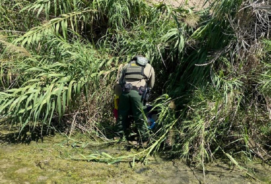 La foto desgarradora de dos niños abandonados en el Río Grande