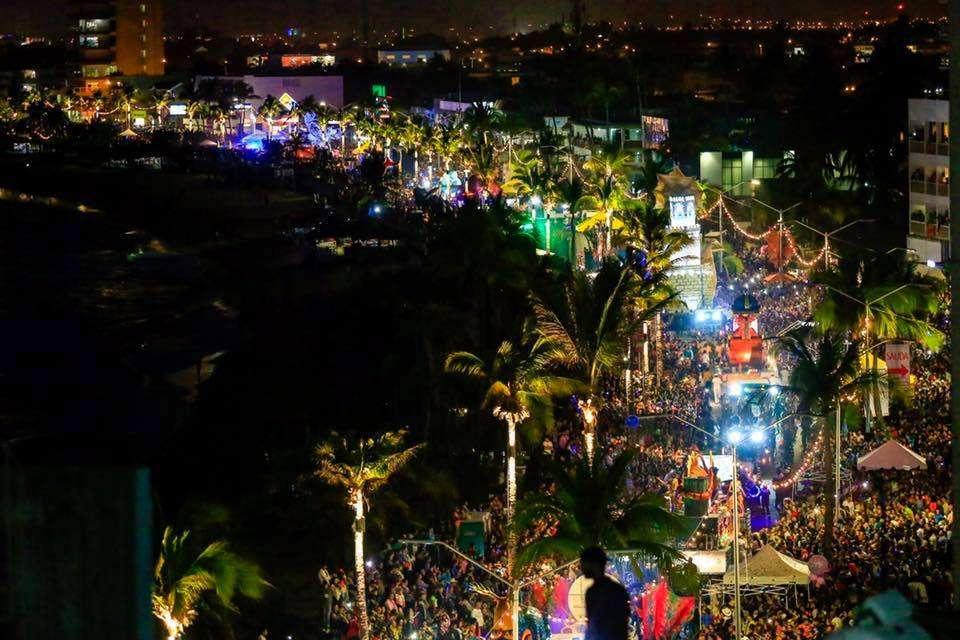 Resultado de imagen de carnaval mazatlan olas altas