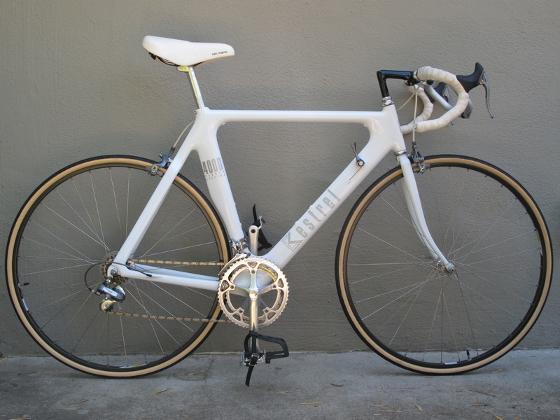 En esta la primera bicicleta de carbón, obra de Kestrel en 1987, todavía se ve el tubo de dirección estándar con tijera de cuerda y seguramente de cromolio. Es notorio el ensanchamiento de los tubos y las uniones de los mismos