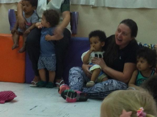 Shirley assistiu contação entre os bebês
