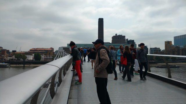 Vista parcial da Millennium Bridge e ao fundo Tate Modern
