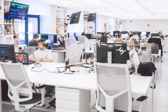 Oficina con equipos informáticos