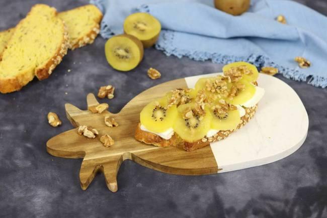 Tostada de queso fresco y kiwi para desayunar