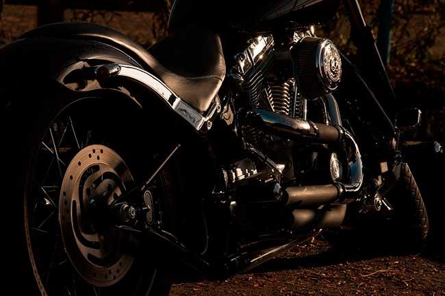 Soñar con manejar moto en la oscuridad