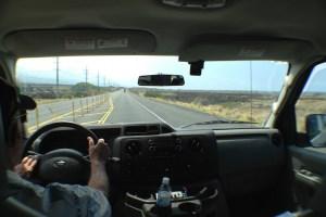 溶岩大地の中の道を進む