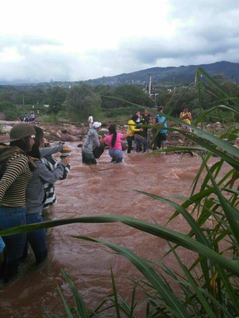Maira, Mérida: Ciudadanos cruzan el rio Torbes para ir a votar, eludiendo el amedrentamiento de paramilitares