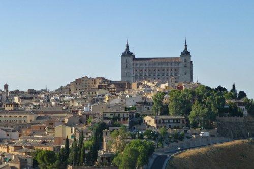 Alcázar de Toledo alzándose sobre las calles de la ciudad