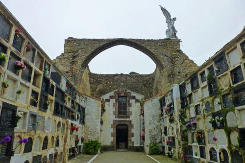 Ruinas de la iglesia gótica entre los nichos del Cementerio de Comillas