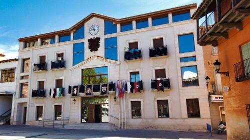Ayuntamiento de Campo de Criptana adornado para la Semana Santa