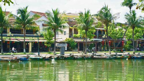 Barcas de orillas de río Thu Bon