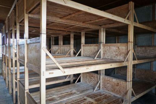 Literas en el interior de un barracón del Campo de Concentración de Dachau