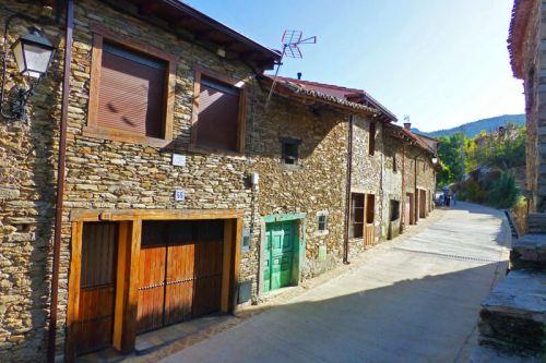 Calle principal de La Hiruela rodeada de edificios tradicionales