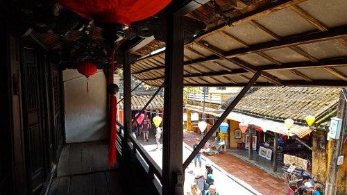 Locales de restauración bajos las casas tradicionales de Hoi An