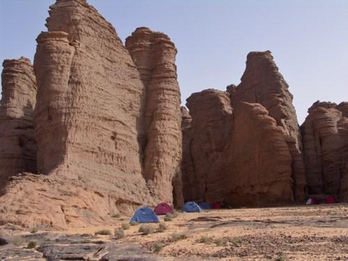 Campamento junto a las escarpadas rocas de Tassili n'Ajjer