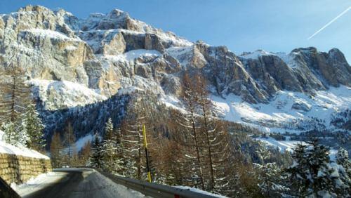 Carretera de montaña atravesando las Dolomitas