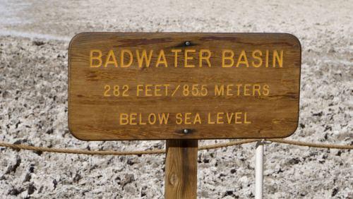 Cartel indicando la altura de Badwater Basin, el punto más bajo del Valle de la Muerte