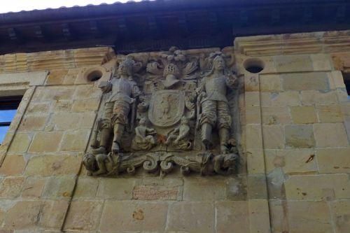Escudo de la Casa de los Hombrones o Casa de los Villa