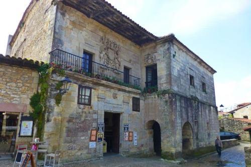 Casa de los Quevedo y Cossío, ubicadas cerca de la Colegiata de Santa Juliana