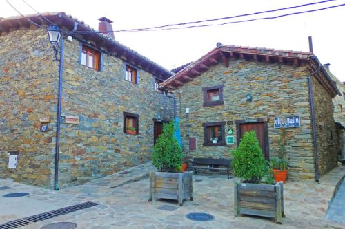 Edificio restaurado de La Hiruela utilizado como Casa Rural