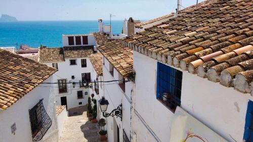 Calle de Altea con vistas al mar Mediterráneo