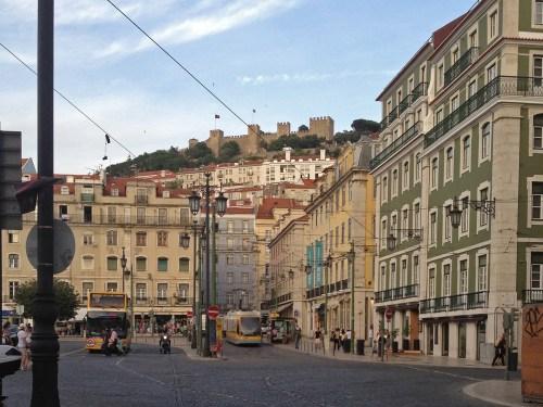 Castillo de San Jorge sobre las calles de Lisboa