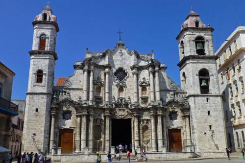 Catedral de San Cristóbal de La Habana dominando la Plaza de la Catedral de La Habana