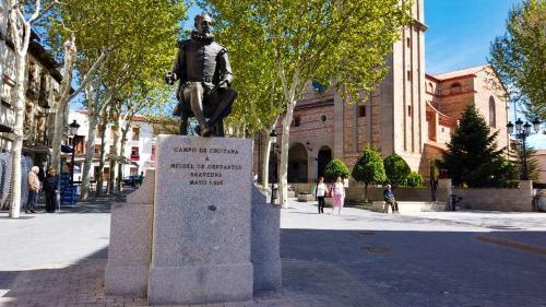 Estatua de Cervantes en la Plaza Mayor de Campo de Criptana