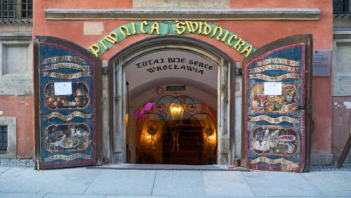 Entrada a la cervecería Piwnica Świdnicka, la más antigua de Europa