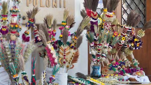 Ramos de flores secas en venta por el Domingo de Ramos