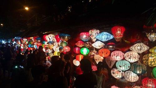 Los farolillos chinos iluminan y dan color a las noches de Hoi An