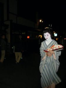 Maiko por las calles de Pontocho