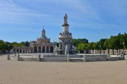 Plaza de San Antonio con la Fuente de la Mariblanca en primer término