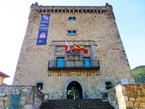 Torre de Infantado de Potes, en su interior alberga una exposición dedicada al Beato de Liébana