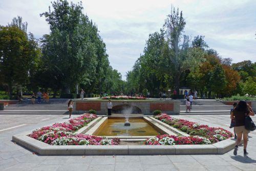 Jardines en una de las entradas del Parque del Retiro