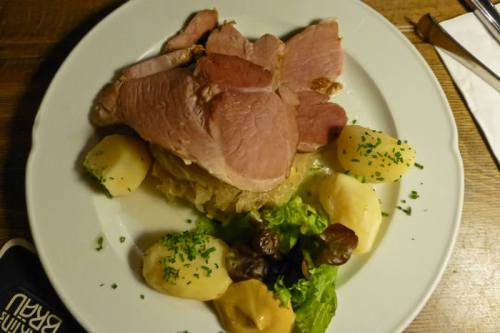 Chuletas de cerdo acompañadas de un plato de choucroute y patatas, gastronomía de Colmar