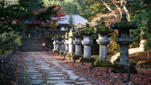 Sendero flanqueado por linternas japonesas en el Santuario Taiyuinbyo en Nikko