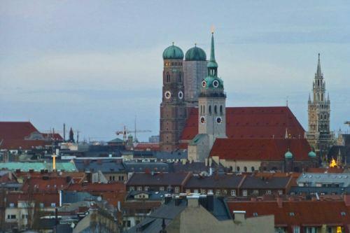 Torres de la Catedral de Múnich y la Iglesia de San Pedro