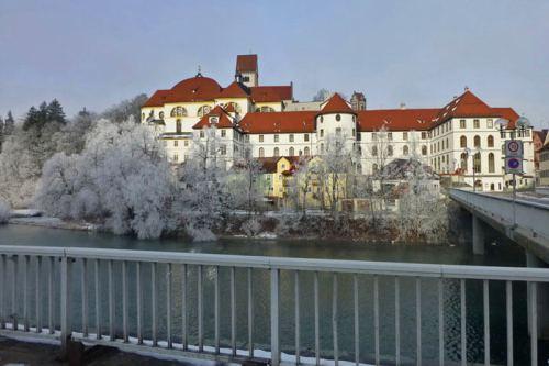 Monasterio de St. Mang en primer lugar y Castillo Alto de Füssen detrás