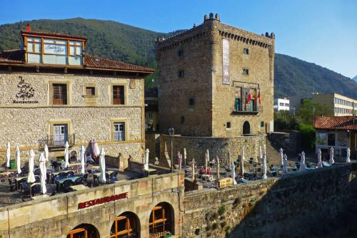 Torre del Infantado dominando las vistas del casco histórico de Potes
