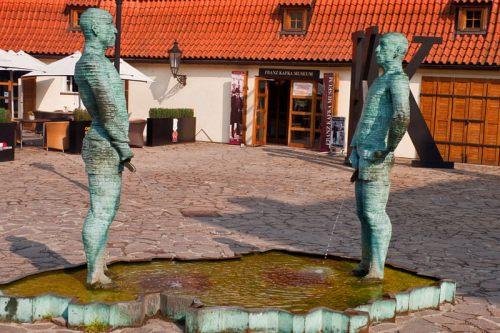 Fuente de David Černý en el exterior del Museo de Franz Kafka
