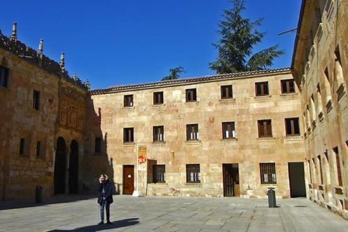 Fachada trasera de la Casa de los Abarca, abierta hacia el Patio de Escuelas