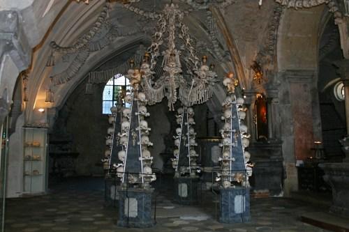 Interior del Osario de Sedlec, la atracción más famosa de Kutná Hora