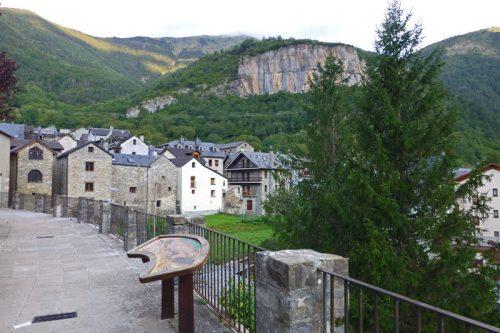 Torla-Ordesa enclavada en un valle entre picos de más de 2.000 metros de altura